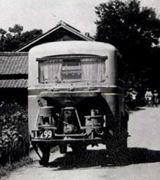 写真:戦時下のガソリン統制で登場した代燃車。木炭やまき、コークスでガスを発生させて動力源とした=撮影日時・場所不明(岐阜乗合自動車提供)
