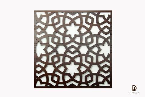 تابلوه خشب بتصميم أنيق وقيم سيكون إضافة لأي غرفة في منزلك التابلوه مزخرف بورد على النمط الإسلامي متداخل يجعل تفاصيله تظهر بأكثر من شكل الشكل الخارجي مربع ويم