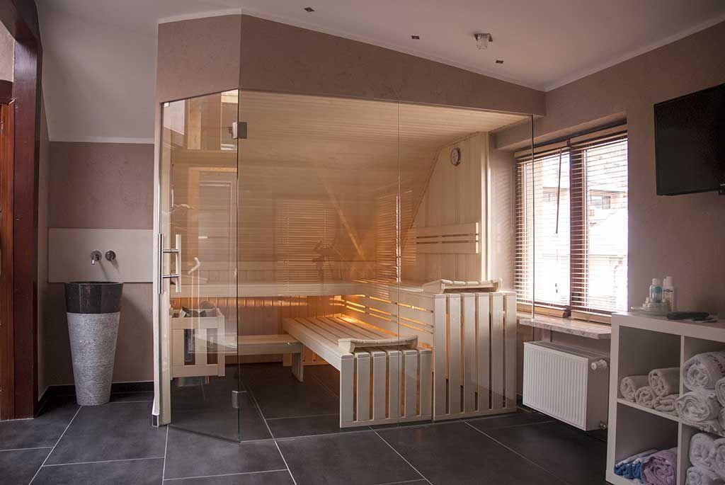 Sauna mit Glasfront unter Dachschräge unsymetrisch im Badezimmer - dachschrgebadezimmer