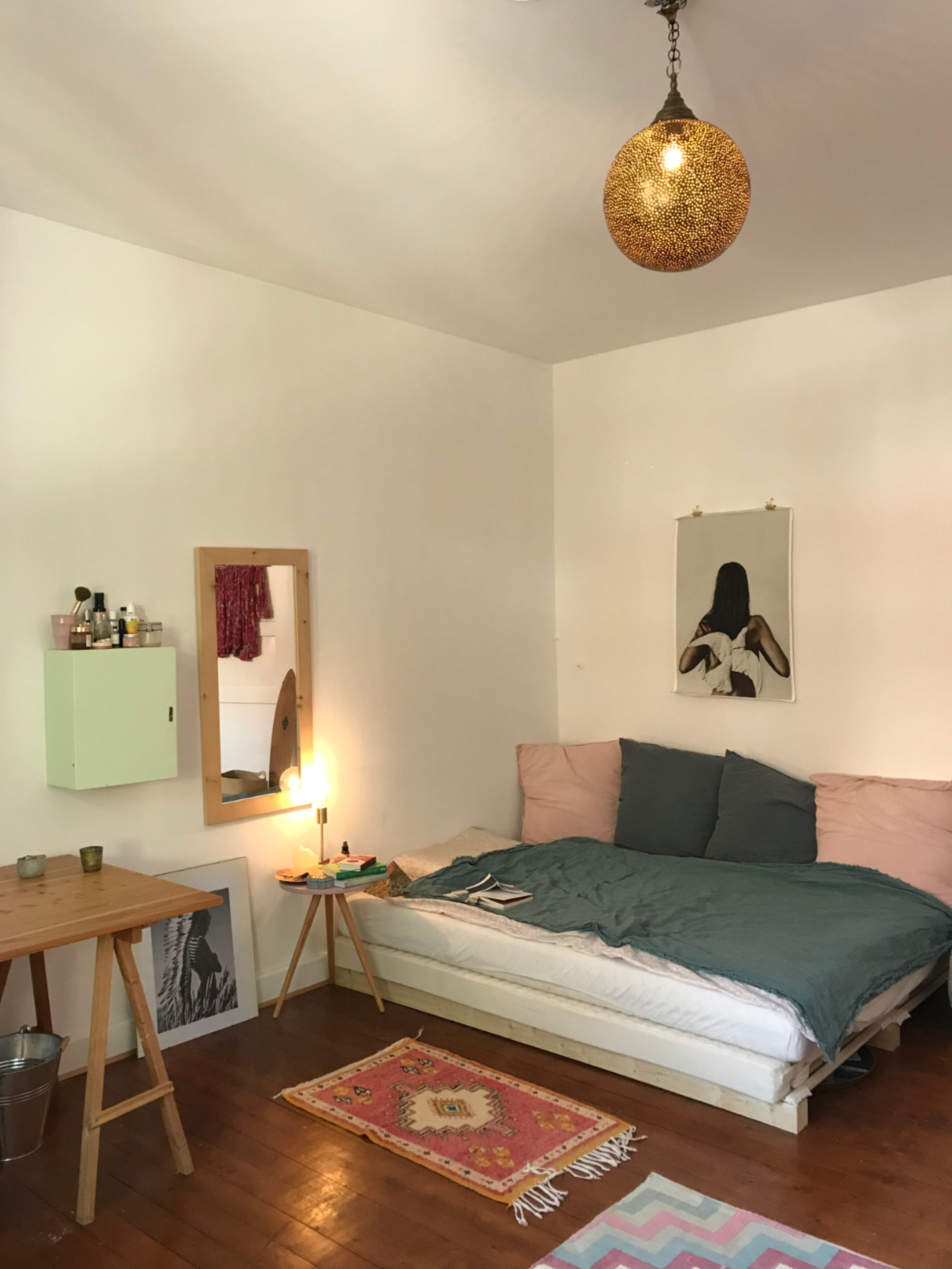 Ein Schones Grosses Schlafzimmer Mit Einem Grossen Gemutlichen