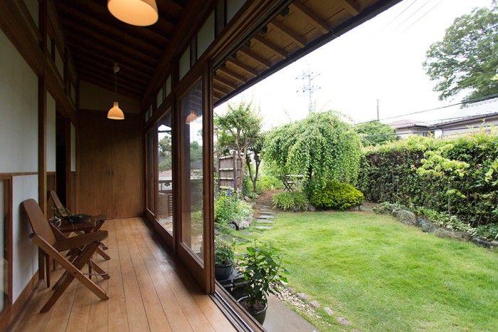 庭と縁側と照明現代になじむ日本家屋の静謐 日本家屋 裏庭の