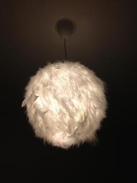 diy - customiser une boule chinoise avec des plumes pour un effet
