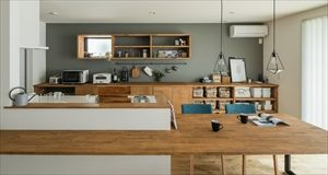 キッチン部分の床を13cm下げている キッチンの天板とダイニング