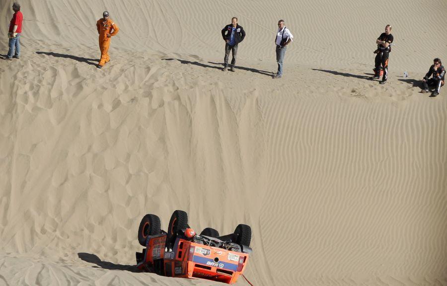 En su intento de alcanzar a los punteros, Gordon volcó con su Hummer. (Foto: AP) Etapa 4