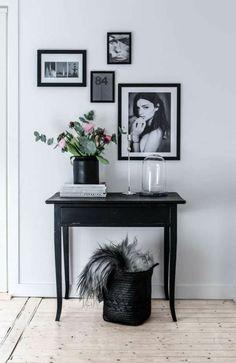 amenagement hall dentre maison dcor avec des tableaux aux cadres noirs et table classique - Amenagement Hall D Entree Maison