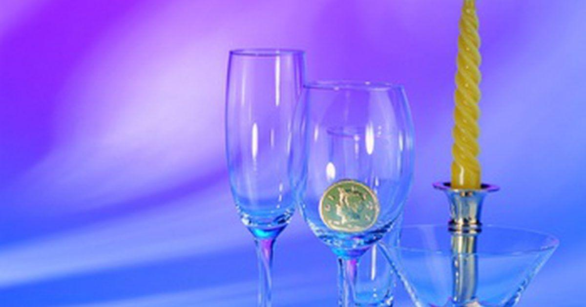 """Como descobrir se meu cristal Baccarat é valioso. O cristal Baccarat tem sido a escolha de presente para noivas por vários anos. O site de noivas Knot chama os cristais Baccarat e Waterford de """"a nata dos cristais""""; O New York Times relata que não há pesquisa de preços de Baccarat em Paris, já que uma organização central define o preço. Peças de cristal Baccarat são valiosas quando estão novas e ..."""