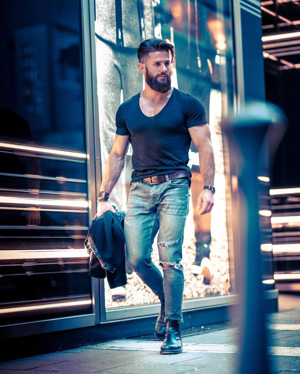 9970d8b4bc Look masculino com camiseta gola V e calça jeans slim fit que é mais justa  na