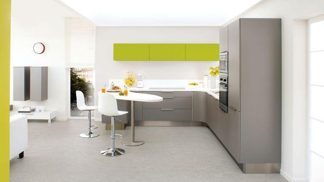 Cette cuisine ouverte sur le salon est réalisée par la marque ...