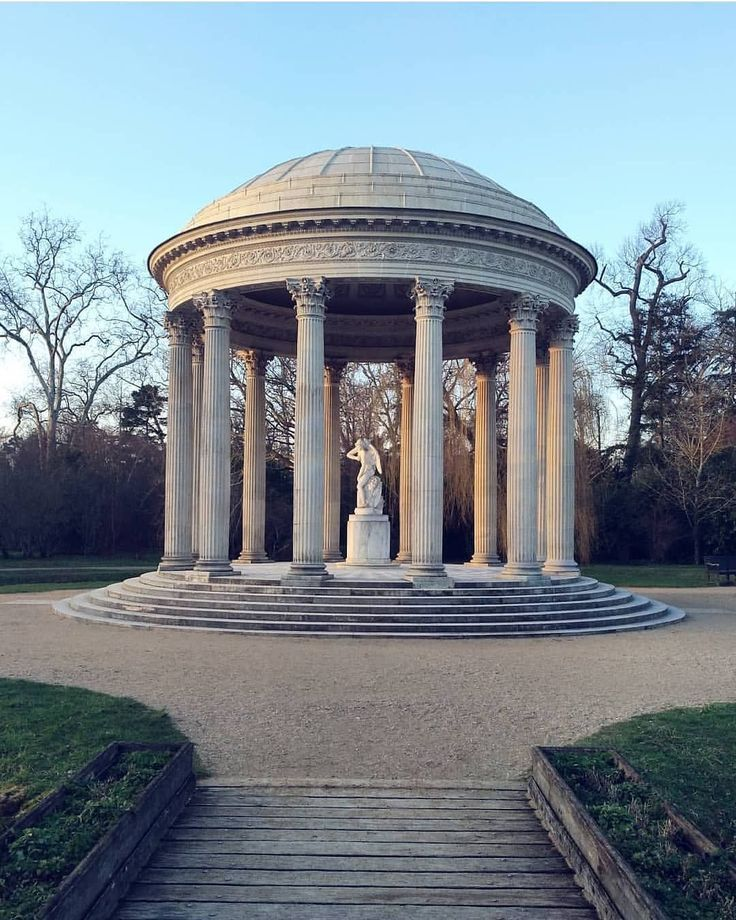 Le Temple de l'Amour by @danielgolob  One of the most beautiful building of the Trianon Estate  . . #france #versailles #art #architecture #palace #garden #temple #love #marieantoinette #royal #luxury