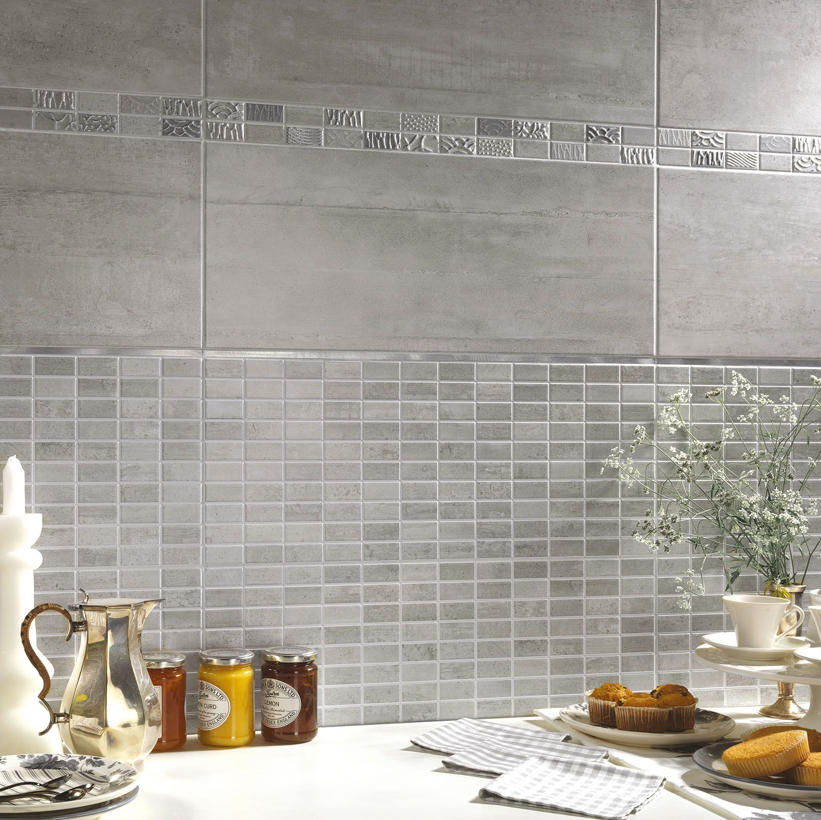 Kitchen herberia urban walltile grey 25x60 mix mosaic grey and listel aluminium cucina - Mosaico rivestimento cucina ...
