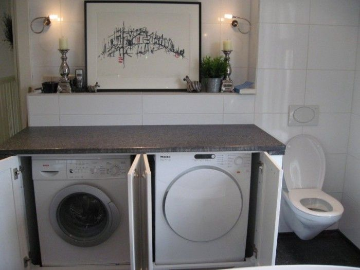 Mooi de wasdroger en wasmachine opgeborgen bijkeuken laundry