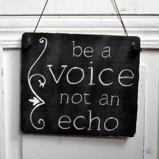Dekoschild mit Spruch: be a voice not an echo / sei eine Stimme, kein Echo!