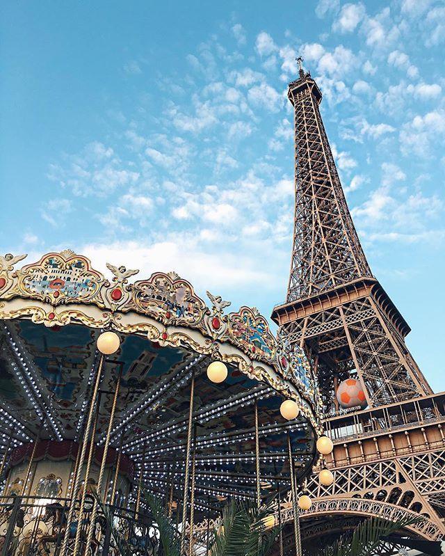 Tag who you'd ride the carousel with!! 💙❤️ ~ TOP Paris 📷 par @shaylincastillo • #topparisphoto Allez sur la galerie à la une pour partager les likes !! Look at the featured gallery to share the L❤️VE #communityfirst