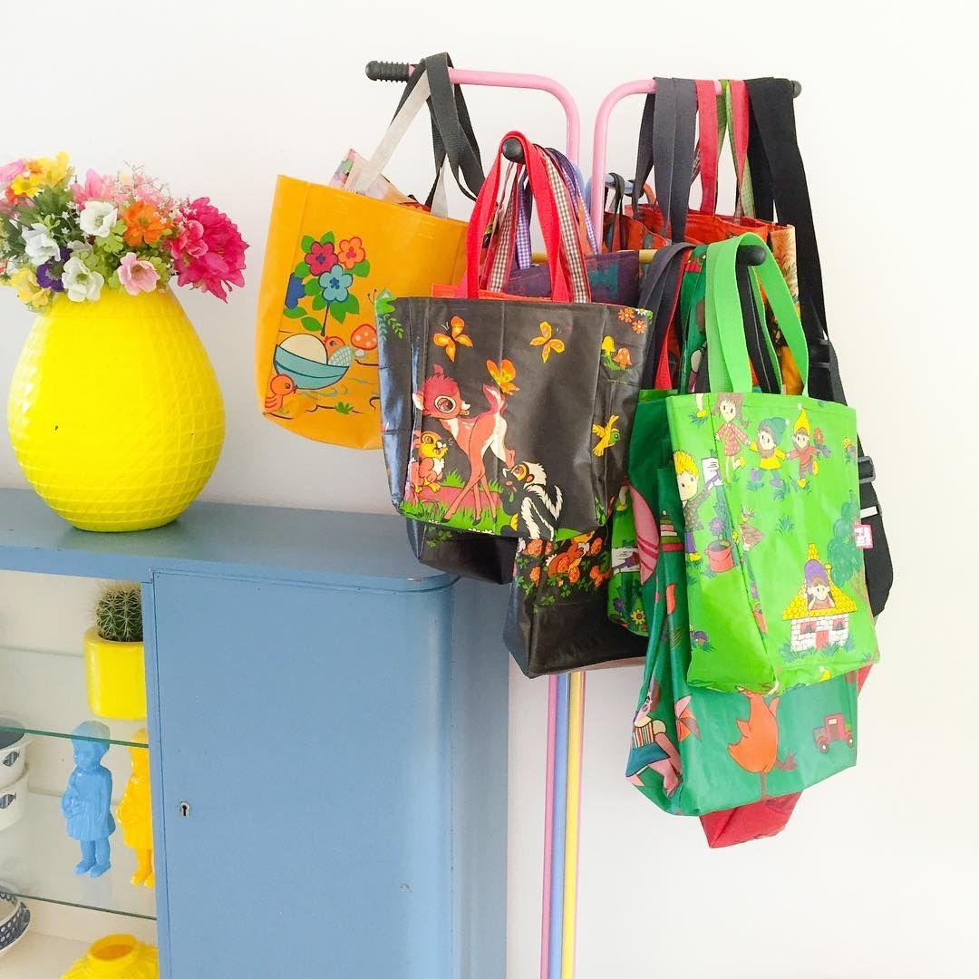 Ondertussen @work mooi uitzicht op een deel van onze handmade tassen voorraad  ideaal zo'n kapstok van de kringloop  *handmade bags from old baby blankets * #retrobag #retroloekie #yellow #werkplek #abmlifeiscolorful #bambi #deer #vintagestyle #kleinwoongeluk #thrifted #flowers
