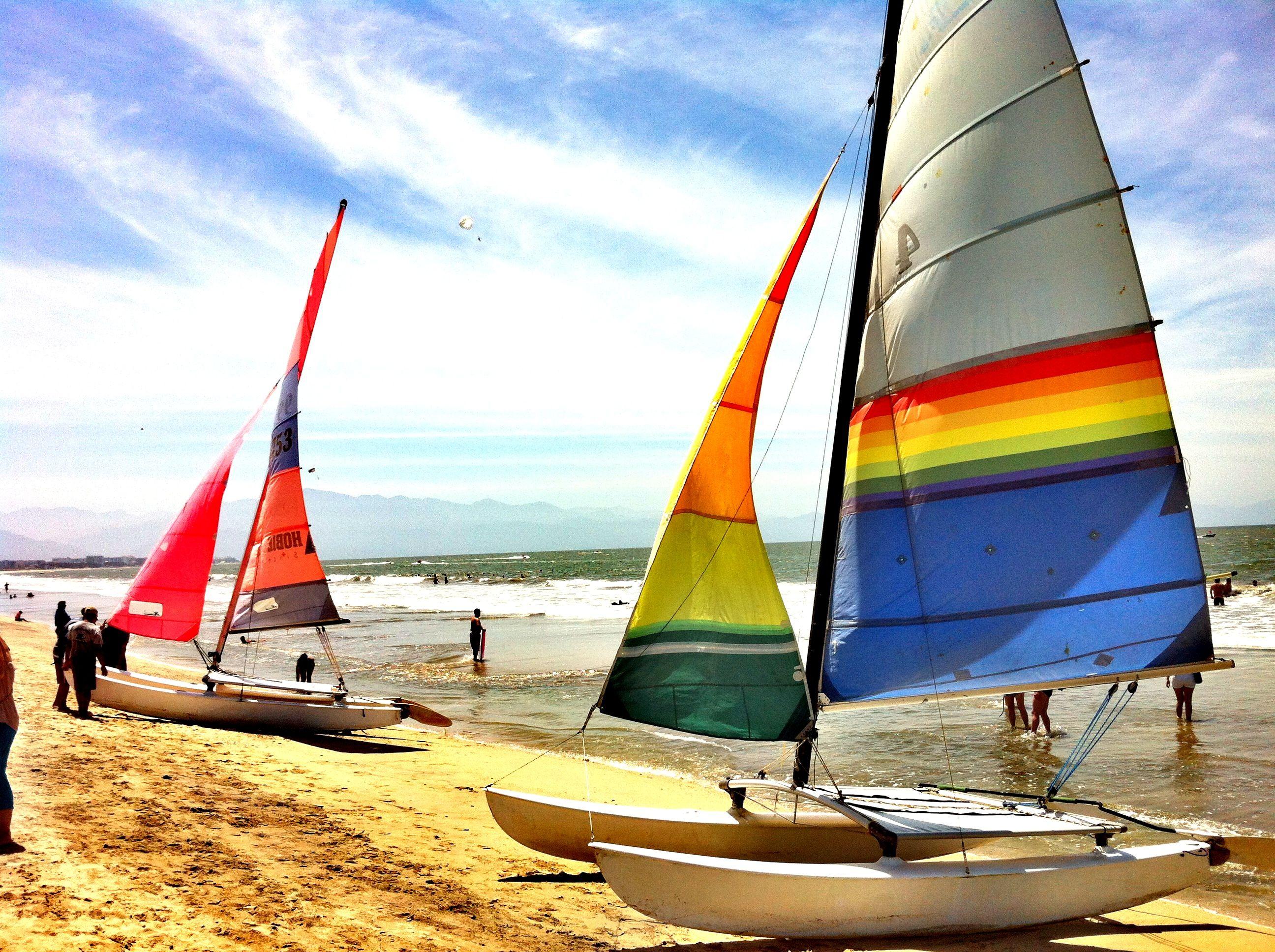Hobie Cat en la playa... Veleros, barcos y kayaks