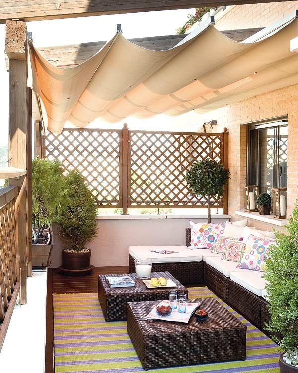 Balkon Einrichten Sonnenschutz Korbmöbel Kissen Holzdeck