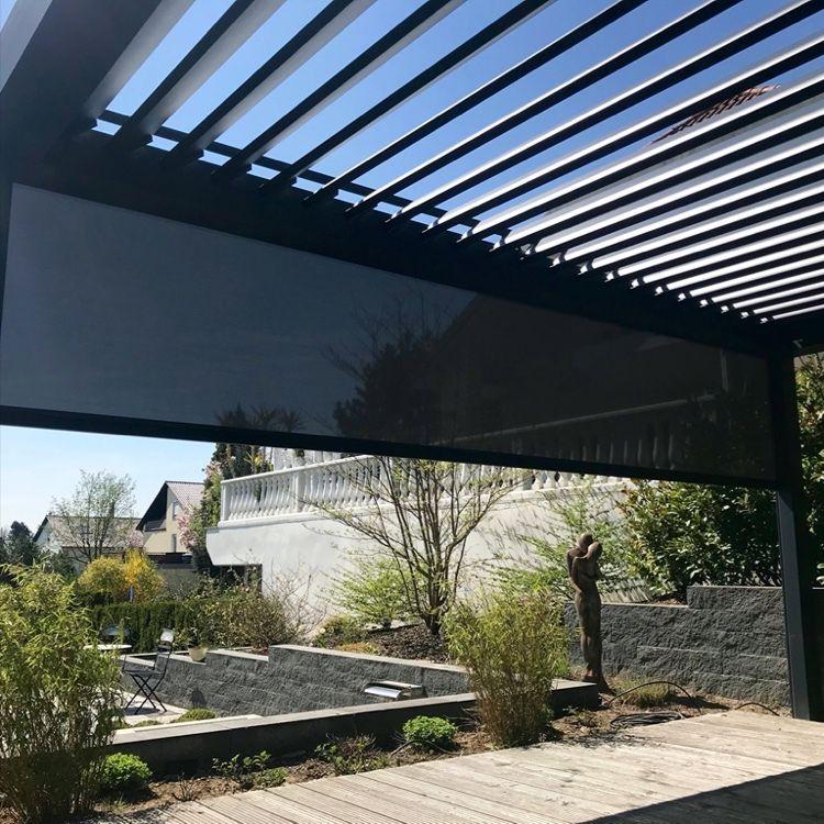 Das Lamellendach Ist Eine Schone Moglichkeit Die Gartenzeit Zu Verlangern Das Mit Schmalen Rahmen Ausgestattete Lamellendach Bietet Lamellendach Lamellen Dach