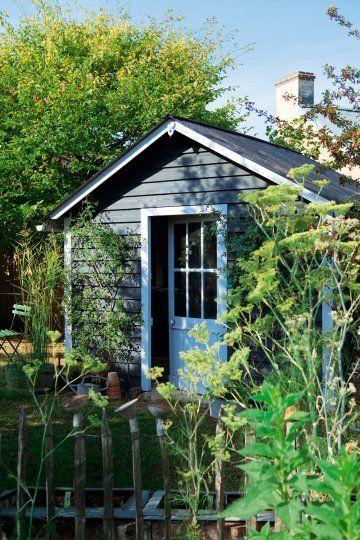 Une cabane de jardin en bois abris de jardin jardins et for Cabane de rangement pour jardin