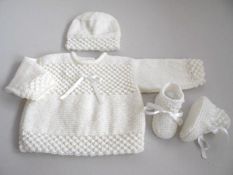 b726629e6e9 Brassière bébé tricot avec bonnet et chaussons
