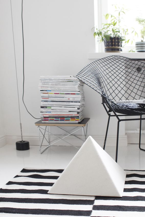 Photo by Varpunen | Bertoia Diamond Chair | Ikea Rand Rug | Eames Wire Base Low Table & Photo by Varpunen | Bertoia Diamond Chair | Ikea Rand Rug | Eames ...