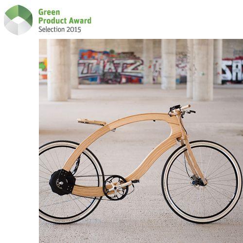 """Bei dem """"Wooden E-Bike"""" handelt es sich um die Entwicklung eines Elektrofahrrades, welches CO2-neutral hergestellt wird. In Zusammenarbeit mit der Hochschule für nachhaltige Entwicklung Eberswalde (HNE) wurde die Idee umgesetzt. Der natürliche Werkstoff Esche verbraucht bei der Verarbeitung acht Mal weniger Energie als Aluminium, das Wooden E-Bike ersetzt klimaschädigendes Metall durch CO2-bindendes Holz. So wird der Carbon-Footprint eines herkömmlichen Fahrrads deutlich reduziert."""