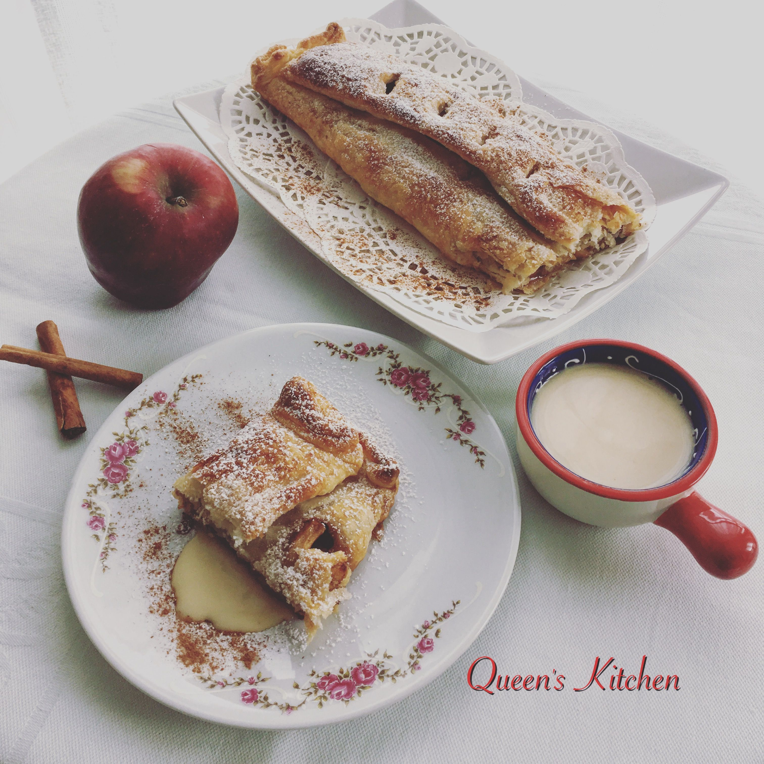 #buongiorno 😊 iniziamo la settimana con la sfoglia alle mele🍎 {Tagliate 2 mele a dadini, cuocetele in padella con 1 cucchiaio di burro, 1 cucchiaio di zucchero di canna, uvetta, pinoli e cannella finché saranno morbide, farcite un rotolo di pasta sfoglia, spennellate con acqua e zucchero e cuocete in forno a 180º per 30 minuti.} www.queenskitchen.it #queensbreakfast
