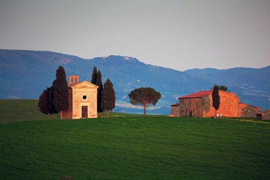 Tuscanychapelcypressfarmhouse tuscany italy sunset