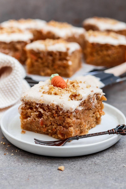 Vegane Carrot Cake Bars Mit Zimt Frosting Mohrenkuchen Rezept In 2020 Mohren Kuchen Mohrenkuchen Cake Bars