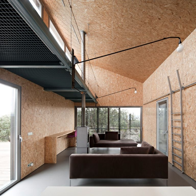 OSB finish, outside metal sandwich panels: quick fix!  Casa Garoza, Ávila, Spain by Herreros Arquitettos