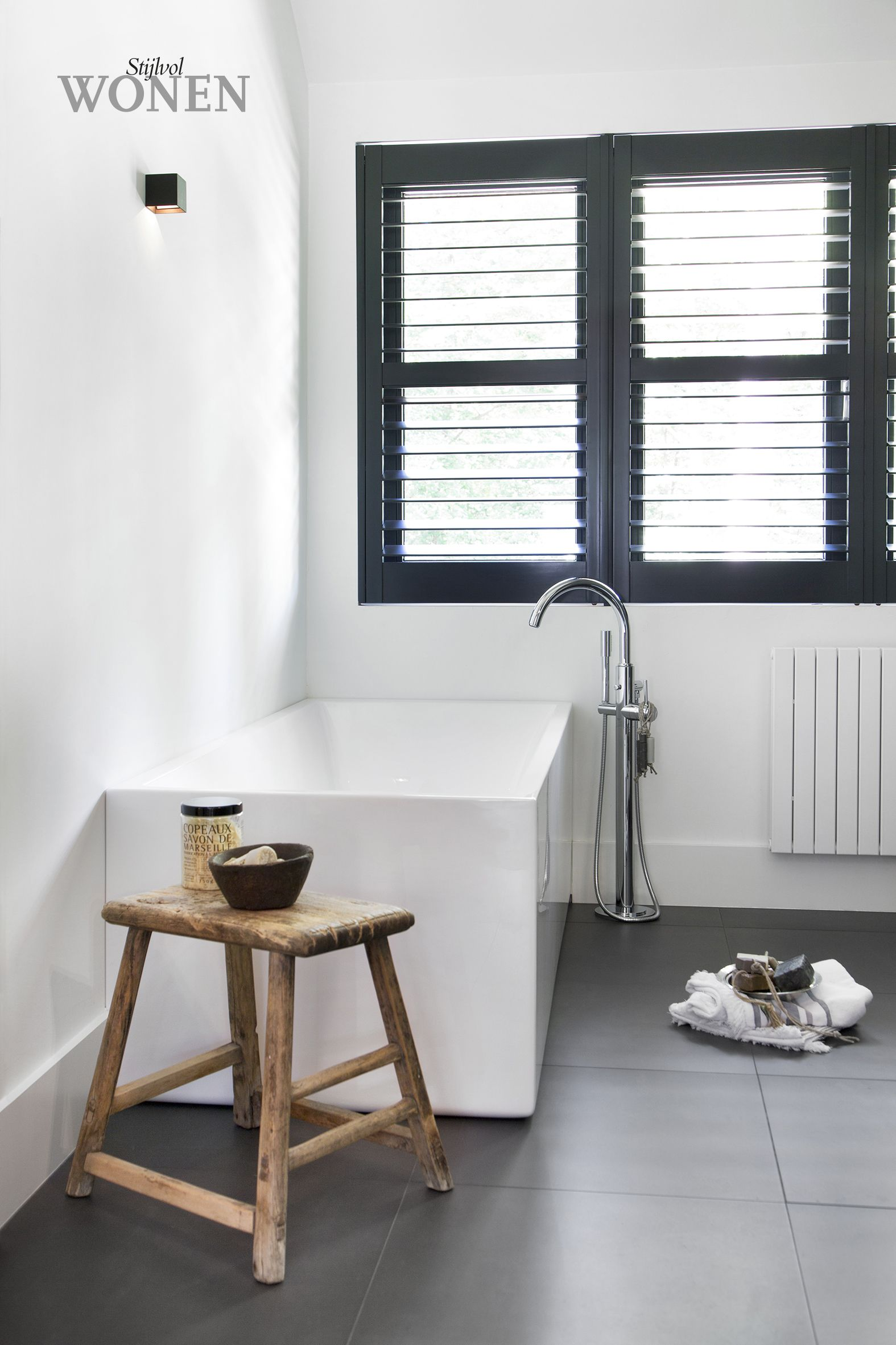 Moderne badkamer, met prachtige donkere tegels en donkere shutters ...