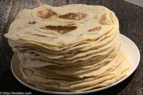 """Ich musste mich eines Besseren belehren lassen. In meinem letzten Rezept habe ich geschrieben, daß die persische Variante des indischen Naan als """"Lavash"""" bezeichnet wird. Stimmt nicht &…"""