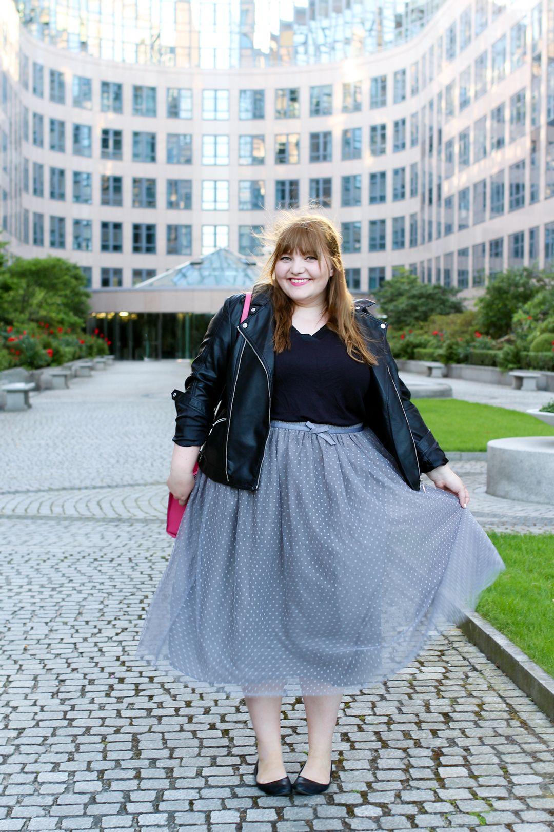 Mit Pünktchen Tüllrock und Lederjacke auf der Fashion Week