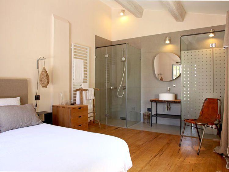 dissimulees par une cloison ou integrees dans un espace ouvert voici des salles de bains qui s integrent parfaitement dans la chambre