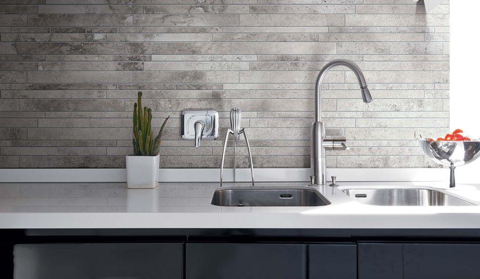 Mozaiek Tegels Keuken : Moderne keuken met mozaïek tegelwand met grijze tinten keuken