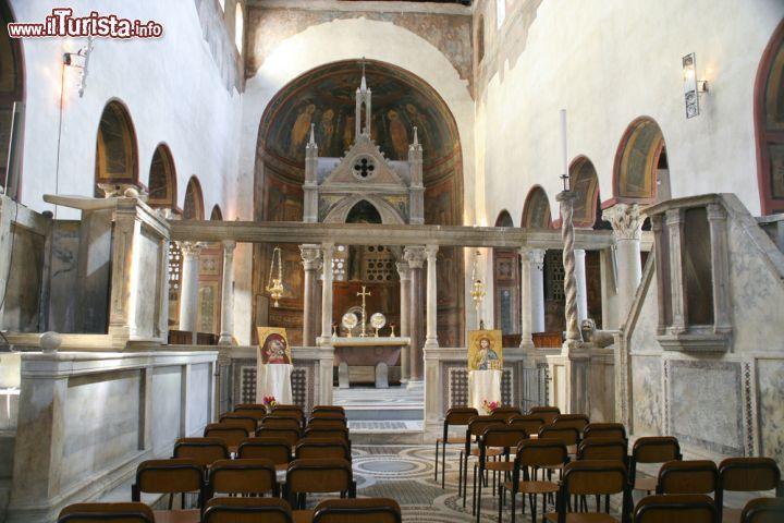 Una cappella laterale all'interno della chiesa ...