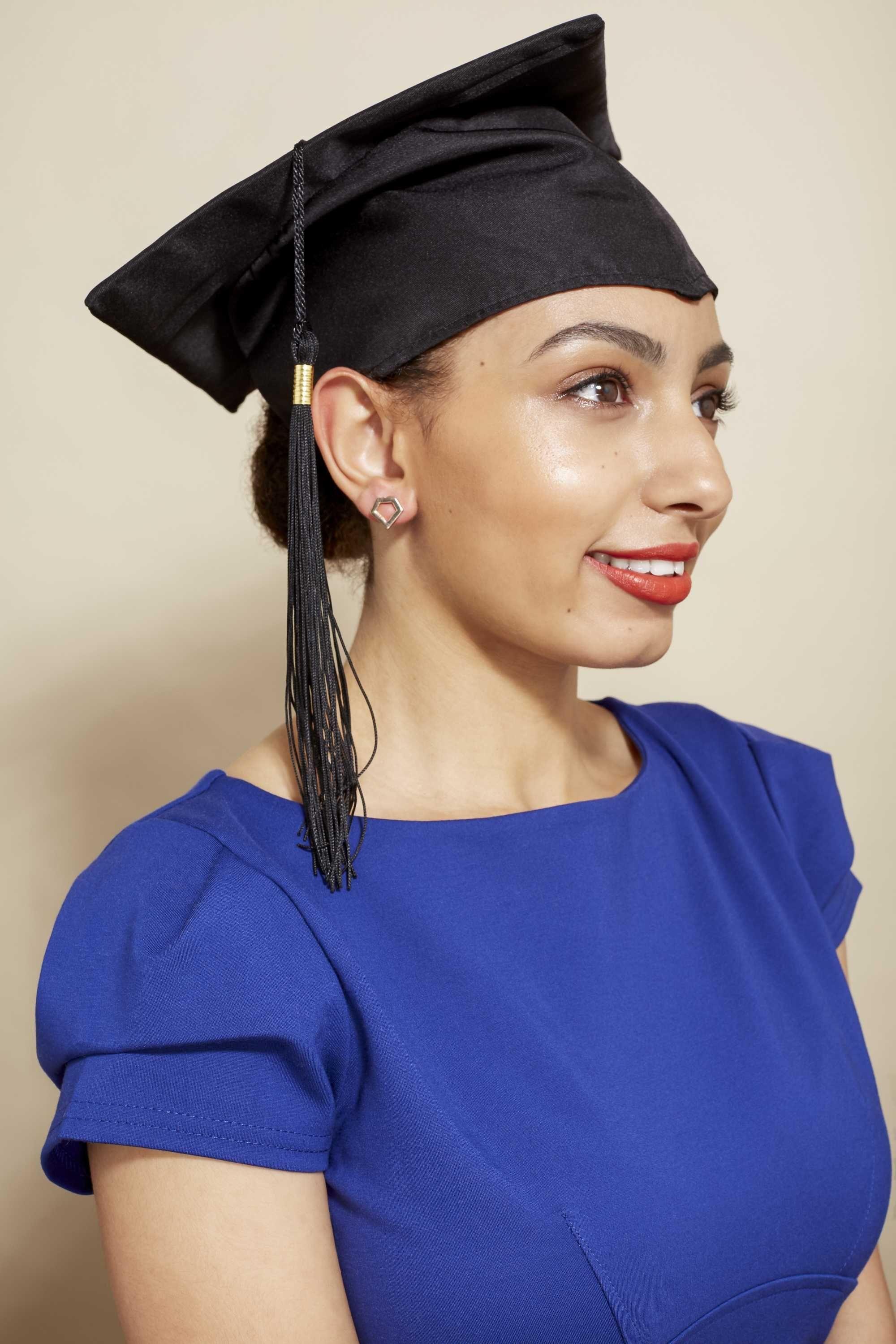 10 Top-Abschluss-Frisuren zum Tragen mit Ihrer Kappe –