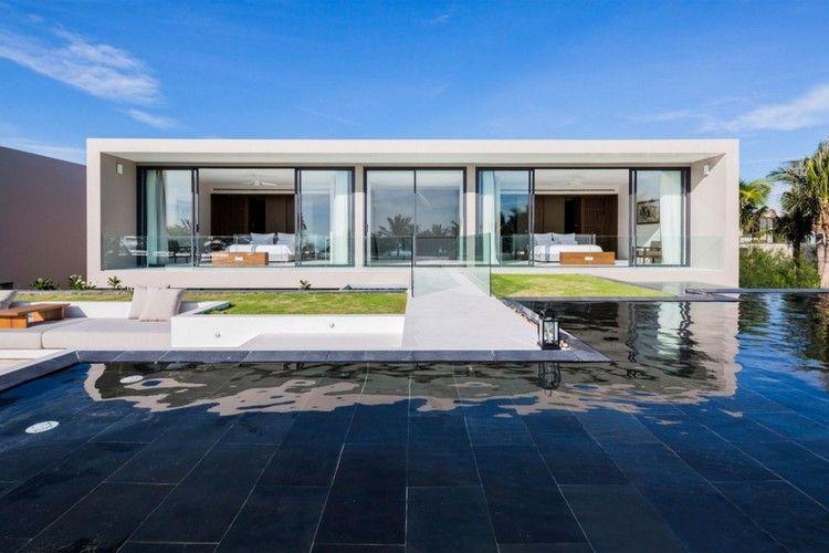 Pool Mit Dunklen Fliesen Im Kontrast Zur Hellen Fassade
