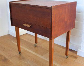 vintage sewing box antiker n hkasten n hwagen n hschrank auf rollen holz nachttisch mid century. Black Bedroom Furniture Sets. Home Design Ideas