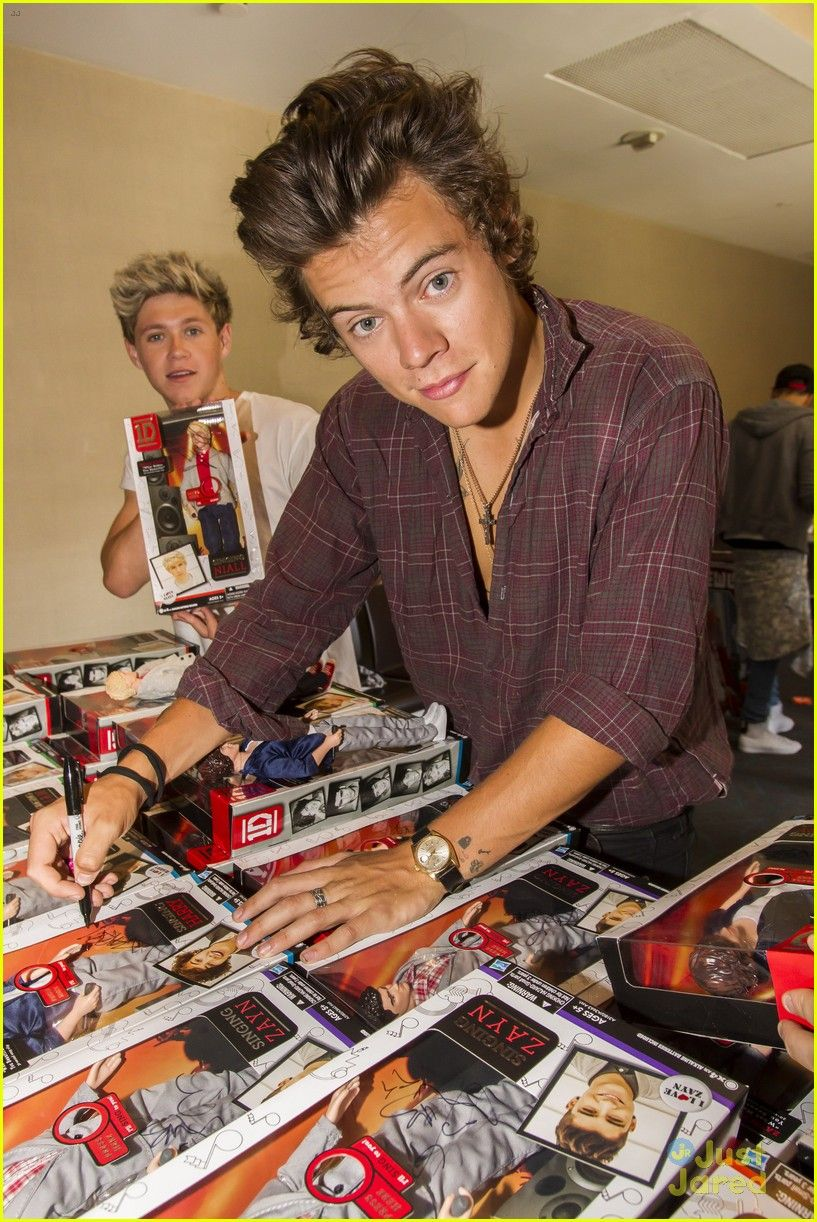 HIS FACE IS SO ATTRACTIVE WHY IS THAT EVEN POSSIBLE and my cute little Irish snowflake in the back being adorable ;)