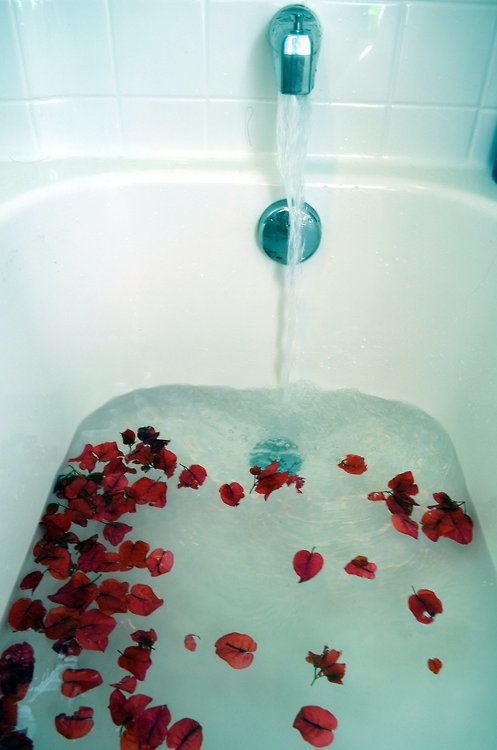 ♡bath with rose petals