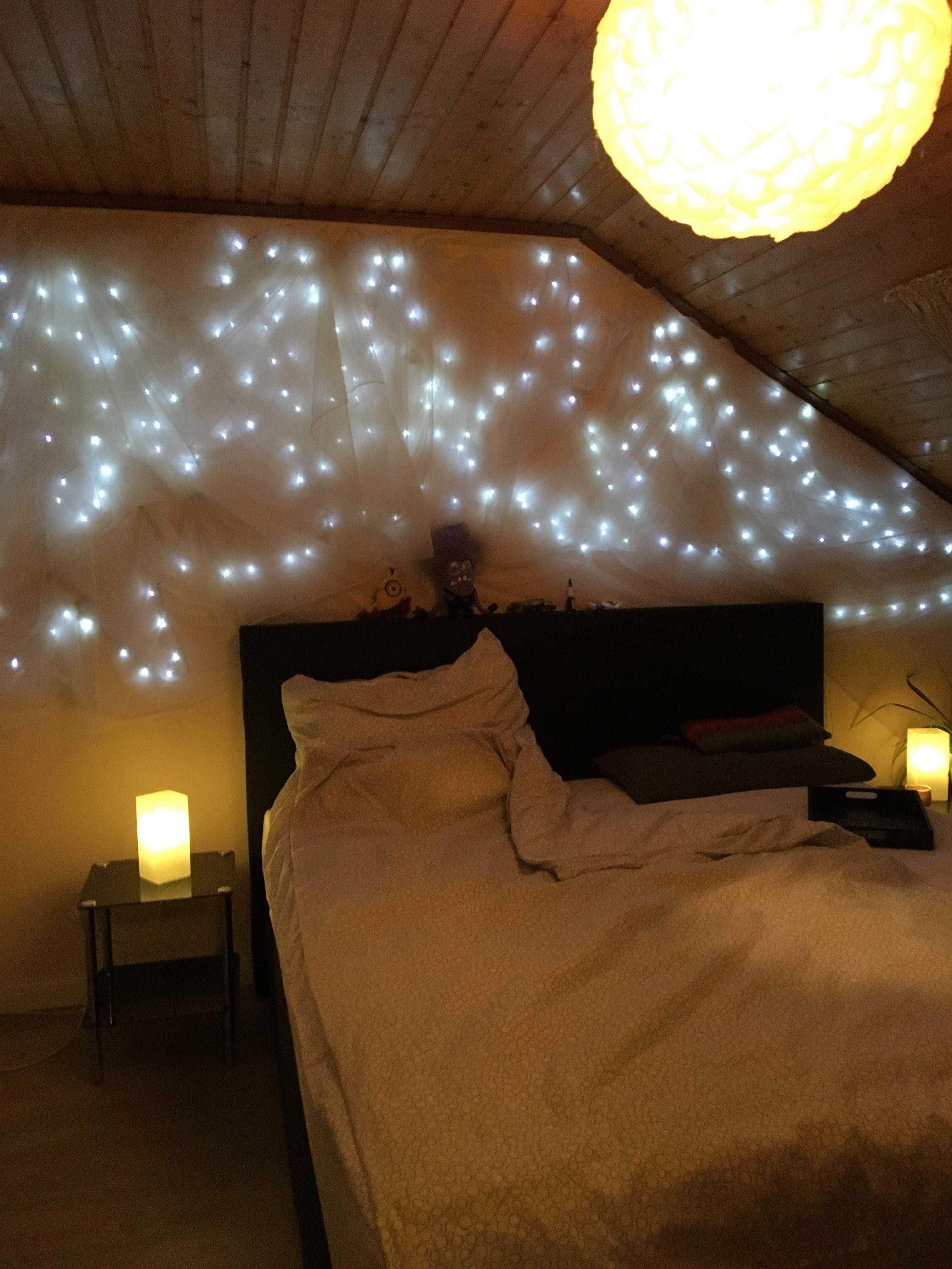 Lichterkette Und Ikea Gardine An Wand Drapiert Macht Ein Gemutliches Schlafzimmer Gemutliches Schlafzimmer Gemutlich Schlafzimmer