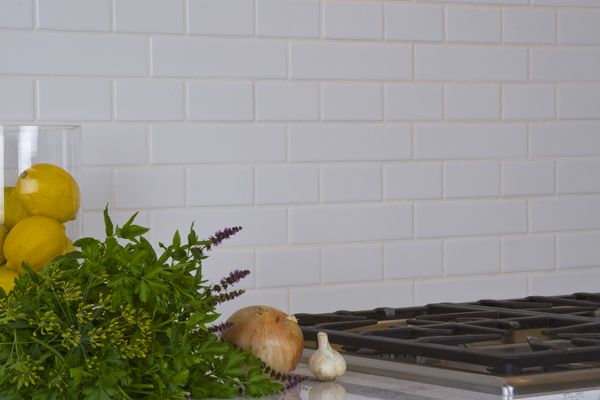 Nice Pattern Over The Cook Top Of 2x8 And 2x4 Matte White Tile Not Your Normal 3x6 Subway Tile White Tile Backsplash Country Kitchen Kitchen Tiles Backsplash