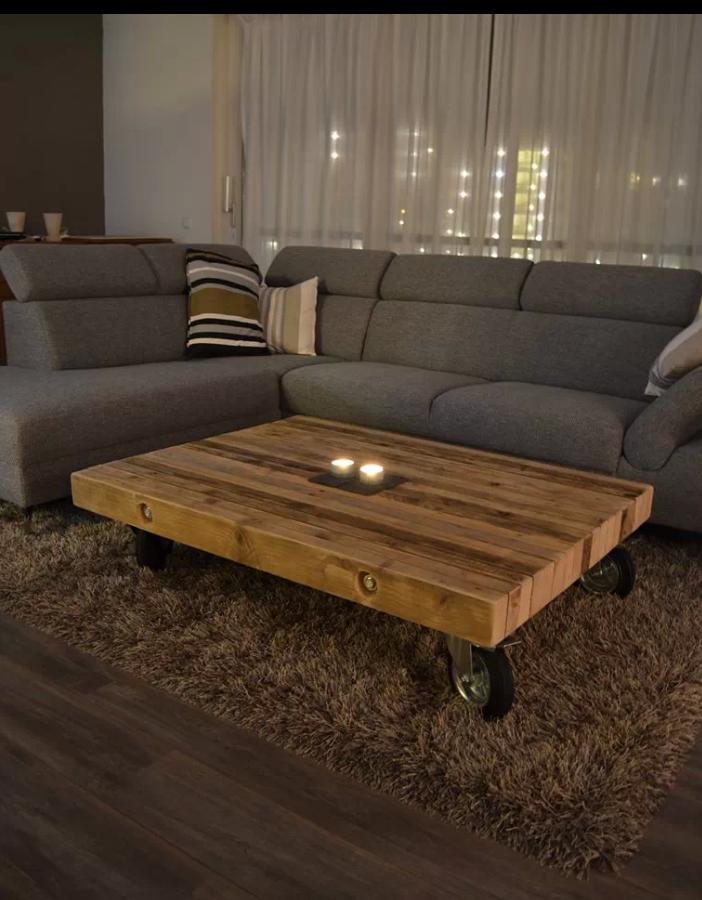 Mooie woonkamer met bruine muren witte gordijnen houten Woonkamer tafel