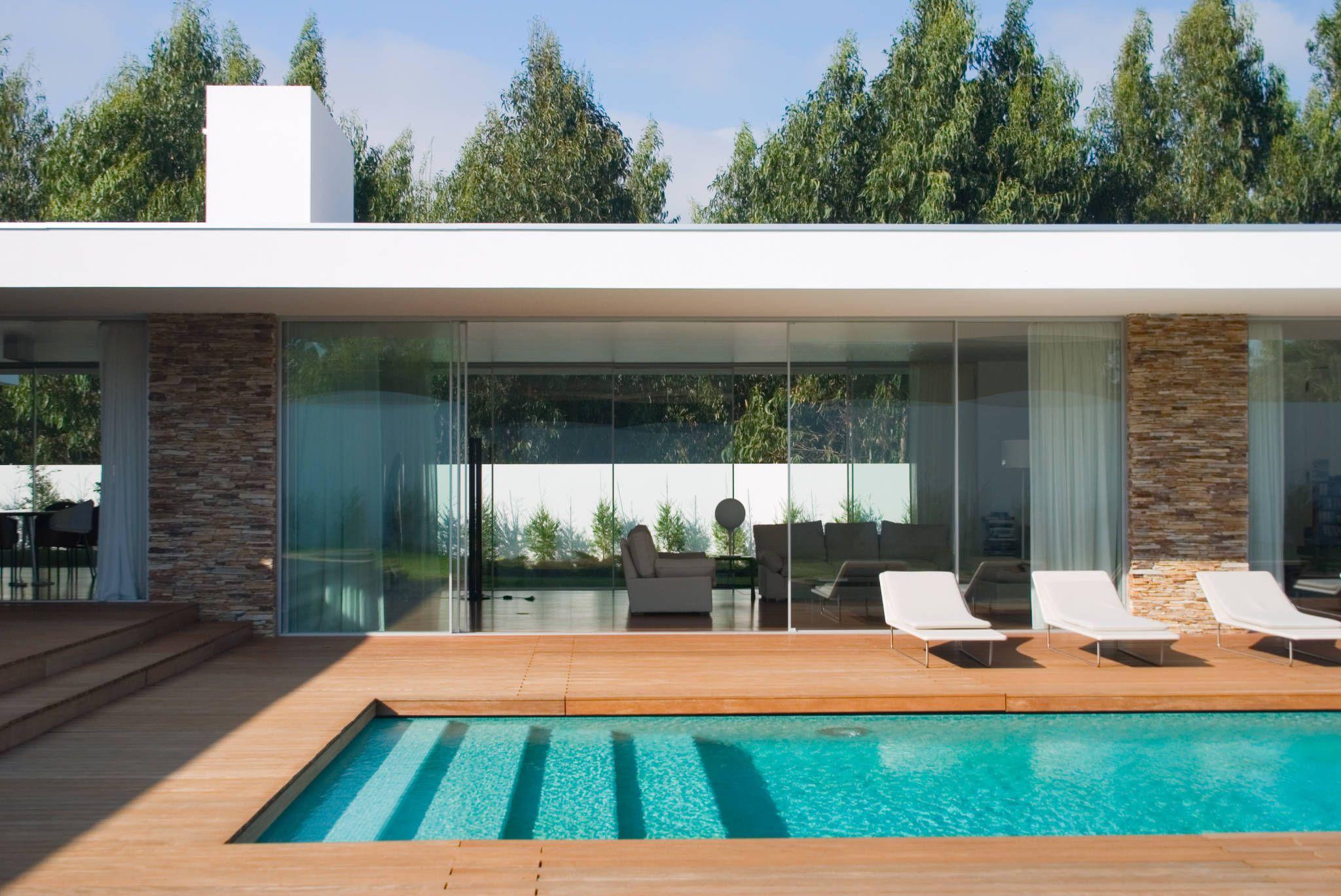 Vista da piscina para a sala : Modern pool by A.As, Arquitectos Associados, Lda