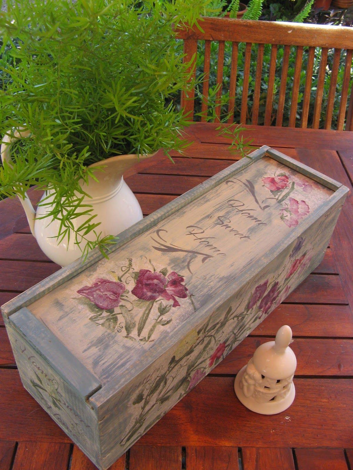 Caja de vino recicladacorada con decoupage y stencils