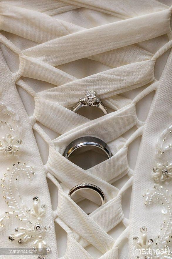 Trouwringen fotograferen in de sluiting van de trouwjurk