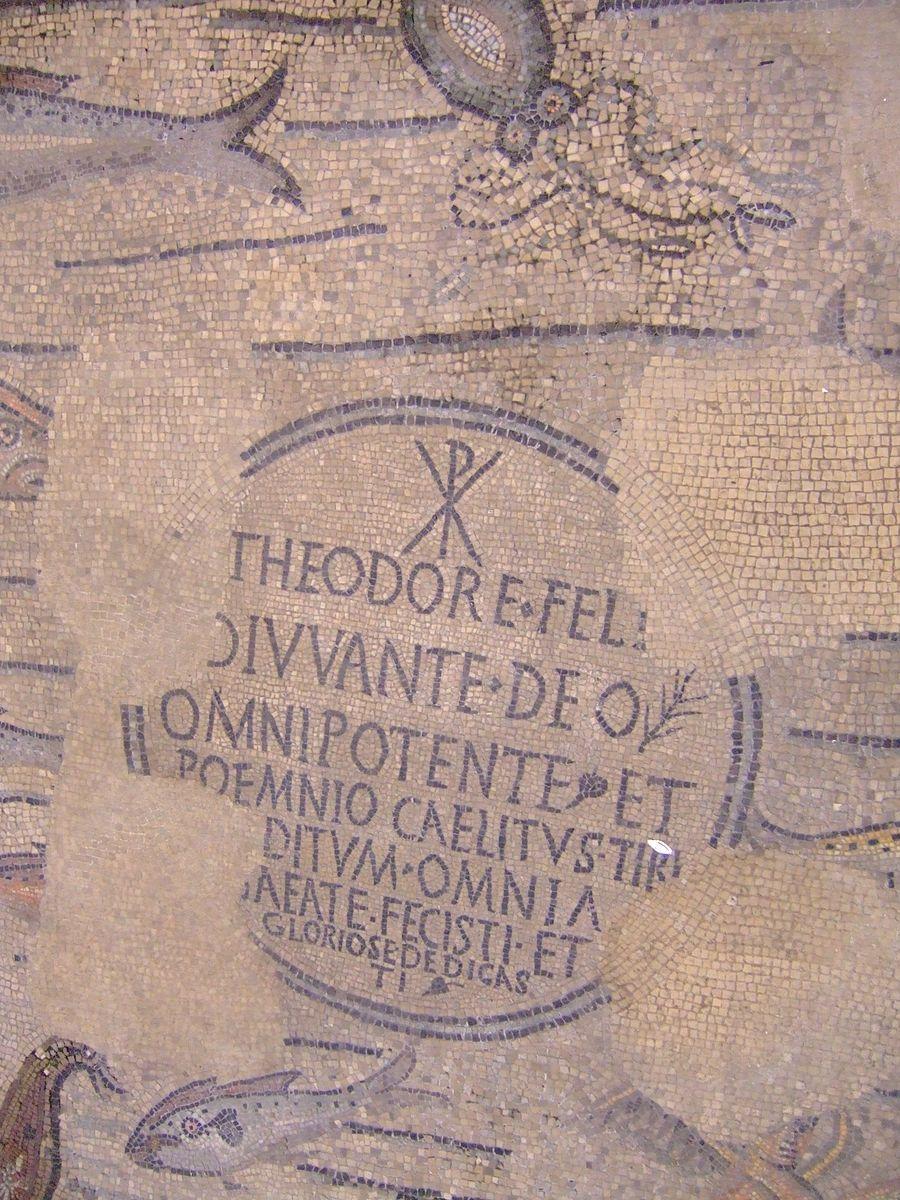Basilica di Santa Maria Assunta (Aquileia). Mosaico con dedica al vescovo Teodoro. In alto è presente il monogramma costantiniano; si tratta di una delle prime attestazioni in un edificio pubblico.