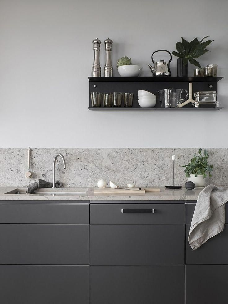 Dark grey kitchen with a natural stone top - COCO LAPINE DESIGN