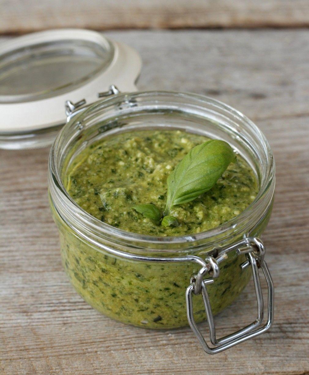 Hei og god søndag! Å lage sin egen pesto er verken vanskelig, tidskrevande eller krever for mange ingredienser. Det er så raskt, enkelt og ikkje minst smaker det masse bedre enn ferdigkjøpt. Den beste pestoen lager du sjølv! Pesto, 1 glass1 potte frisk basilikum60 g rista pinjekjerner60 g parmesan*1 kvitløksfedd1-1,5 dl olivenoljeSalt og pepper Rist …