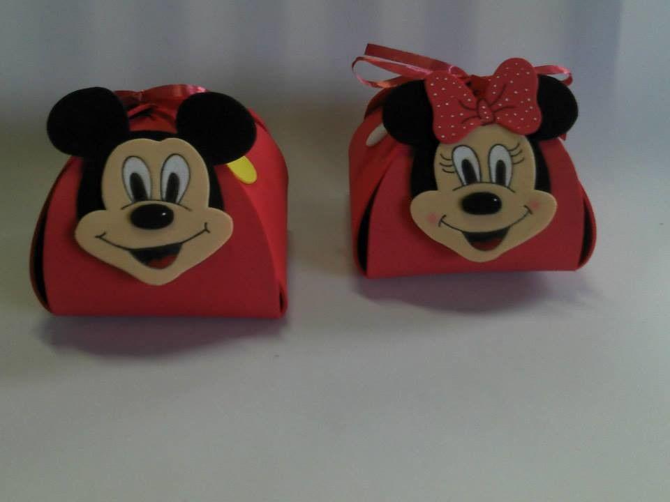 Trouxinha feita em EVA    Ideal para colocar doces e distribuir para a criançada como Lembrancinha.    Feita em EVA , fechamento com fita de cetim vermelha .